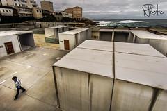 Contrastes (Fran Nieto) Tags: acoruã±a arquitectura caion espaã±a europa galicia localizacion persona caseta edificio edificiocomercialoindustrial edificiosresidenciales figurante puerto