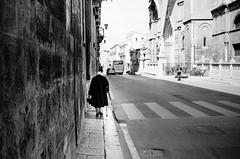 old walls (gato-gato-gato) Tags: 35mm contax contaxt2 iso400 it ilford italy ls600 noritsu noritsuls600 palermo strasse street streetphotographer streetphotography streettogs t2 analog analogphotography believeinfilm film filmisnotdead filmphotography flickr gatogatogato gatogatogatoch homedeveloped pointandshoot streetphoto streetpic tobiasgaulkech wwwgatogatogatoch sicilia italien black white schwarz weiss bw blanco negro monochrom monochrome blanc noir strase onthestreets mensch person human pedestrian fussgänger fusgänger passant autofocus italia sicily europe travel adventure travelling eu