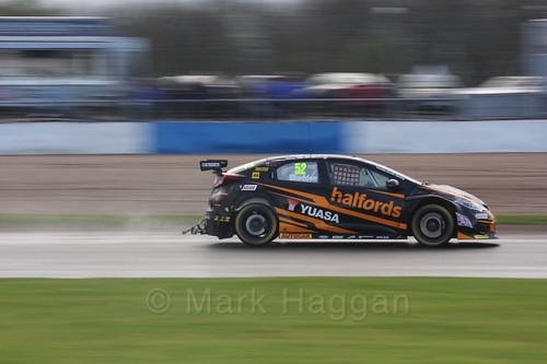 Gordon Shedden in race three at the British Touring Car Championship 2017 at Donington Park