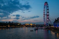 Londres de noche: London eye (dfvergara) Tags: inglaterra london eye rio thames luces noche edificios agua londoneye ciudad cielo nubes londres noria reinounido tamesis abigfave