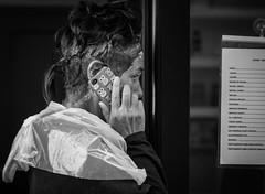Waschen, legen, telefonieren (fotomanni.de) Tags: street italien handy see frisur lustig frau coiffeur gardasee friseur frisör gardone lockenwickler