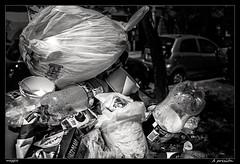 A presión (meggiecaminos) Tags: chile santiagodechile santiago basura rubbish garbage rifiuti spazzatura botellas bottles bottiglie plastico plastic plastica bolsa bag sacchetto sacchettodiplastica coke bw bn bianco blanco black negro nero white streetphotography street strada calle urbanlandscape fotografíaurbana