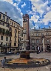 La bambina e la fontana (Verona) (sylviekara) Tags: verona urban city street veneto sky fontana baby girl