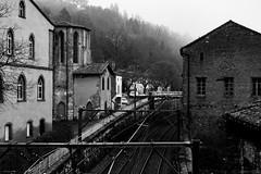 Train (Meculda) Tags: train prieuré monochrome monochrom noiretblanc blackandwhite batiment architecture extérieur