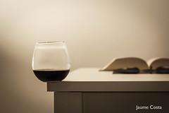 Glass on the corner (Jaume Costa) Tags: glass extreme light vas extrem tensió tension vaso alcohol