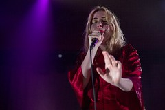 "Austra - Sala Apolo, abril 2017 - 11 - M63C2137-2 • <a style=""font-size:0.8em;"" href=""http://www.flickr.com/photos/10290099@N07/33992333945/"" target=""_blank"">View on Flickr</a>"