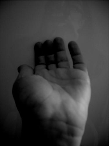 Una mano tesa verso me