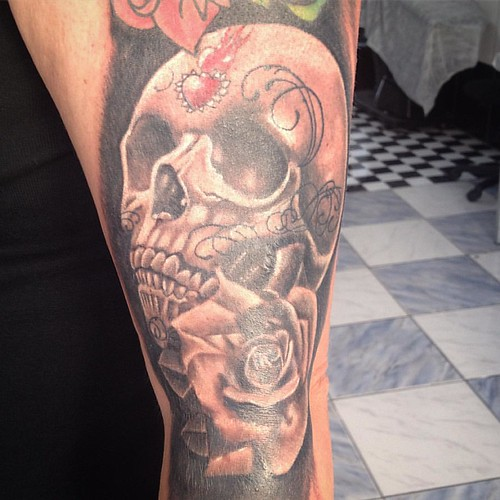 Braço da Renata em progresso . #x #xaxatattoo #xaxa #ink #inked #inkedgirl #instaday #iinsta #instagram #instaday #instaart #instasize #instagirl #instalike #black #blackandwhite #blackandgrey #skull #skulltattoo #rose #rosas