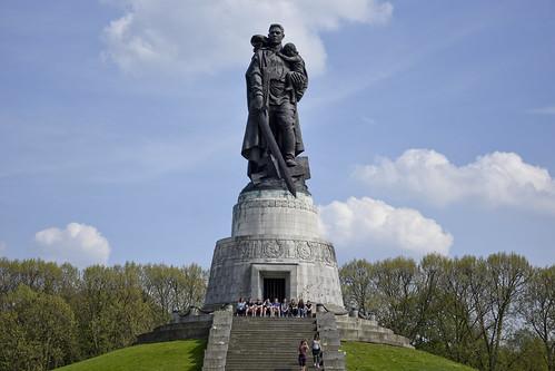 Der Befreier, Treptower Ehrenmal, Berlin, DDR, 2017 / Воин-освободитель — монумент в берлинском Трептов-парке / Soviet War Memorial in Berlin's Treptower Park, DDR