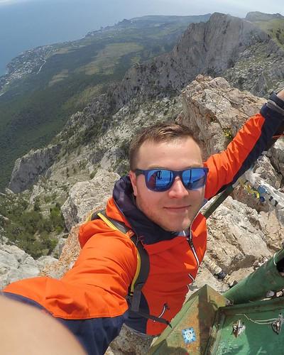 Ай-Петри 1234 метра. Но, 1234 метра видимо на конце шпиля на котором я стою. Потому что не одно из трёх устройств измеряющее высоту не показало этой высоты. ~на 20 метров ниже) #россия #Крым #поход #путешествие #туризм #подрюкзаком #Бахчисарай #Crimea #Ru