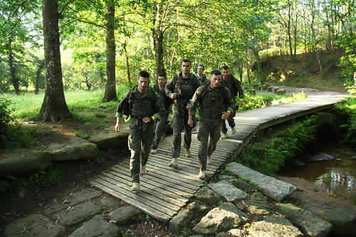 La patrulla de la Bandera Roger de Flor de la Brigada Paracaidista (BRIPAC), atravesando el Puente de las Fiebres, en Tuy