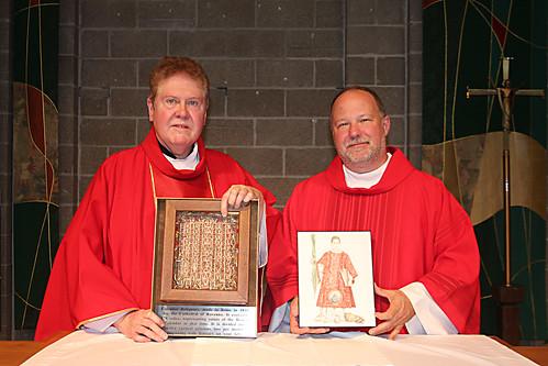 Morton Grove (Stati Uniti d'America), St. Martha Church, Father Dennis O'Neill ed il diacono John Herbert espongono l'icona di S. Cesario ed il reliquiario-calendario che contiene un frammento osseo del santo, 28 agosto 2016