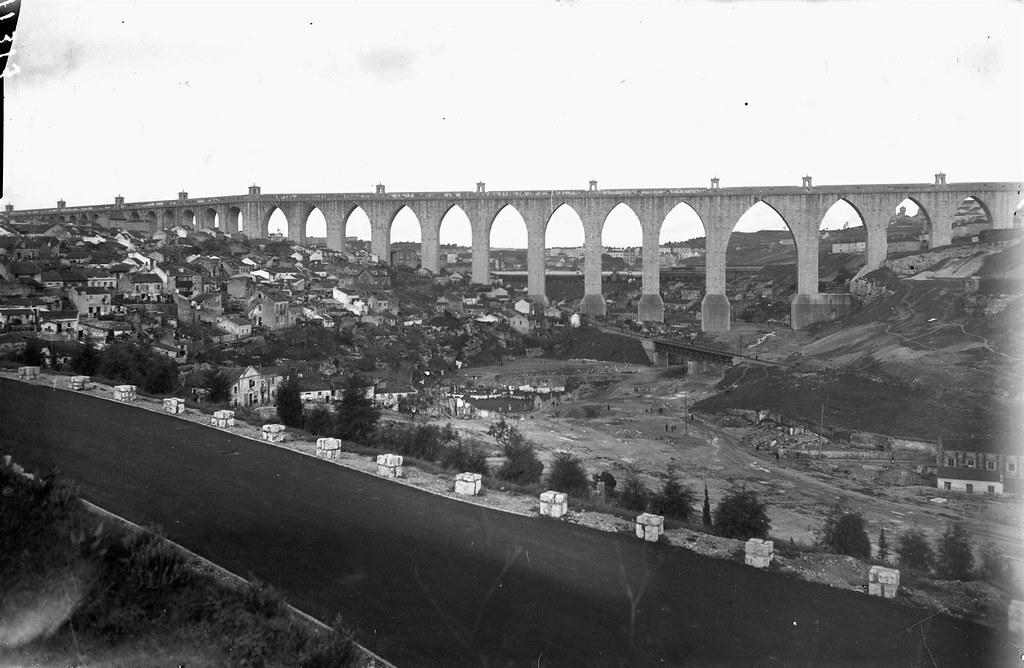 Aqueducto das Agoas Livres sobre o vale de Alcântara, Estr. da Serafina (Eduardo Portugal, 1950)
