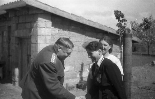 Генерал армии Толбухин Ф.И., командующий 4 Украинским фронтом, и Ангелина П.Н., бригадир первой женской тракторной бригады в СССР, во время посещения делегацией трудящихся Донбасса воинов-освободителей в Крыму 44 май