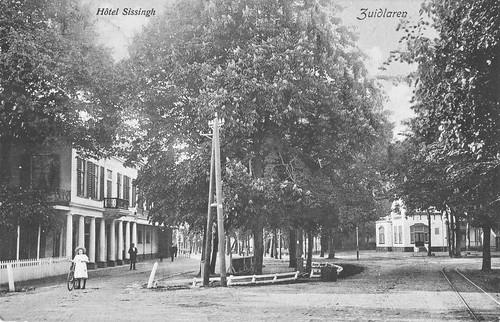 Links het voormalige Hotel
