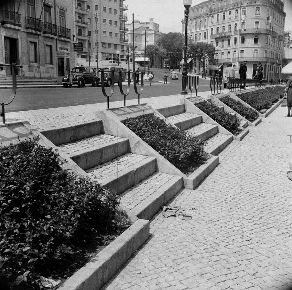 Escadas no [Largo de Santa Bárbara], Lisboa, 1954. Fernando Pozal, in archivo photographico da C.M.L.