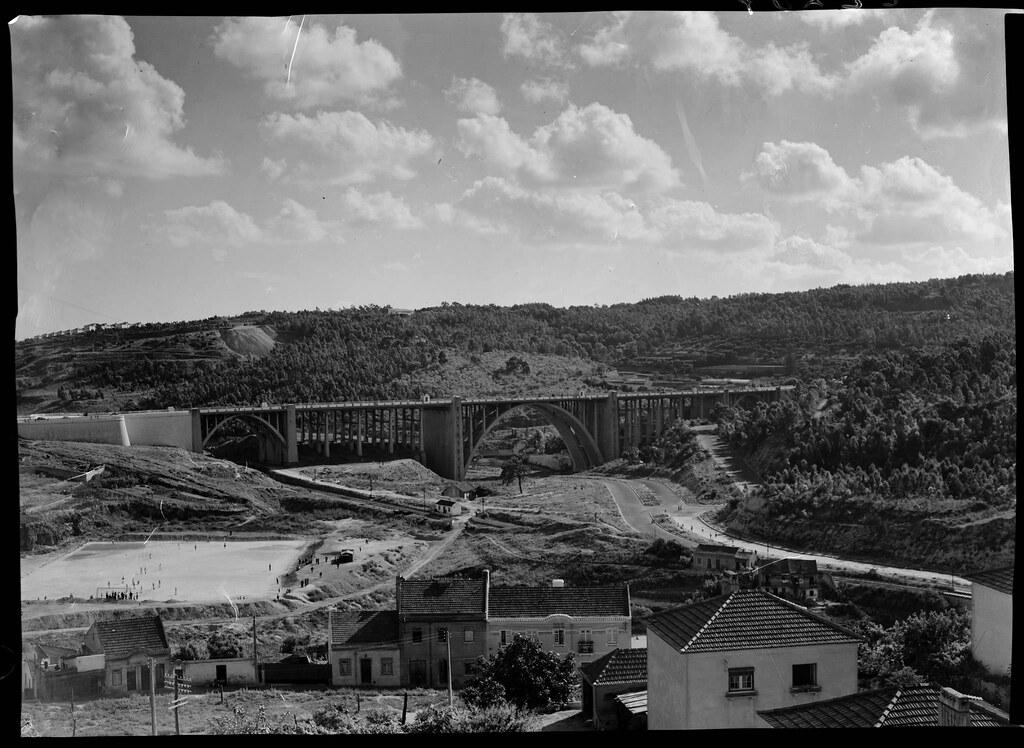 Av. de Ceuta a para do viaduto de Santana de Baixo, Vale de Alcântara (Mário de Oliveira, 195...)
