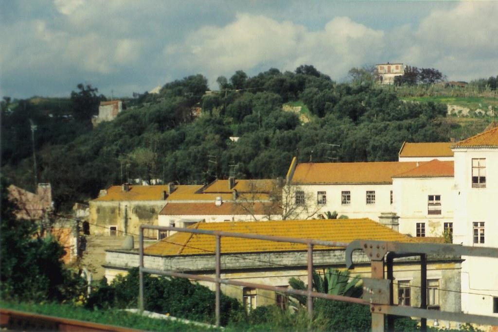 Instalações da Fábrica da Pólvora no convento de Chellas, Horta da Maruja (detrás das casas e encosta acima) e Quinta do Armador (no alto), Chellas — © 1990-91 (X-GM12)