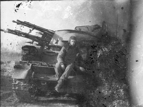 In einem vor fast 25 Jahren verlassenen Gebäude der Sowjetarmee in K. bei Berlin befanden sich gut versteckt an trockener Stelle mehrere Fotos und Rollen mit Negativen; davon hier eines mit 2 Soldaten auf einem Flugabwehrpanzer, irgendwo in der Botanik.
