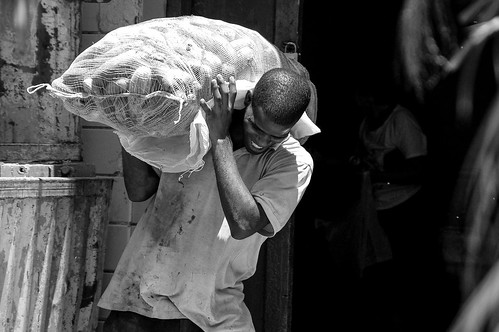Cuba: El muchachos cargando papas