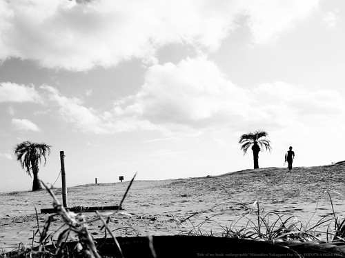 Fuji film GFX50R shot. Afternoon beach. He was thinking about something different.