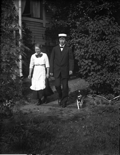 OJ35 Iris, Helge o hunden Fix utanför Iris fönster, Tomtebo, Drumsö, 25 aug 1913