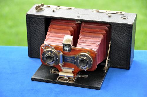 1905: BROWNIE STEREO NO. 2 Eastman Kodak Company, Rochester-NY. USA