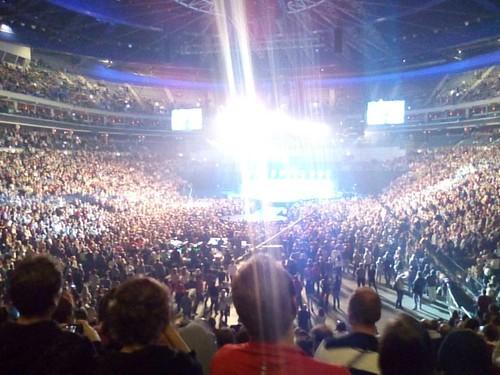 stojí celá o2 aréna!!!  dvacet tisíc tleskajících lidí...  mistr karel gott začal písní