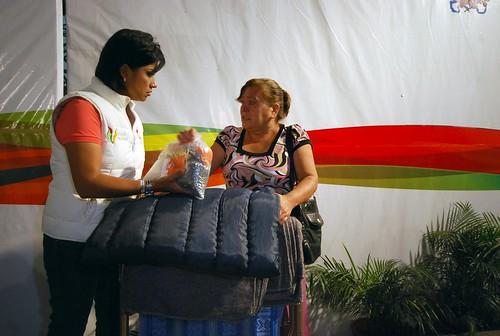 Elízabeth Morales entregó apoyos a familias afectadas.