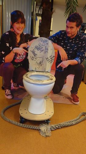 Evelien Bosch en Sascha Visser met een gesigneerde WC