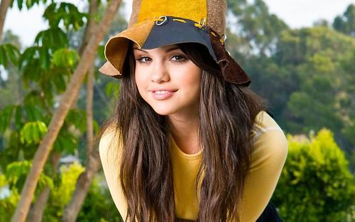 gorgeous selena gomes in yellow shirt