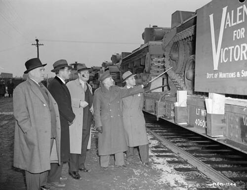Officials look over Valentine Canadian army tanks produced by Angus Shops, Montreal... / Des dignitaires observent des chars d'assaut de l'Armée canadienne, fabriqués aux ateliers Angus à Montréal...