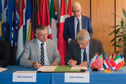 Alain Charmeau and Gaele Winters signed a contract for the development of the Ariane 6 new‑generation launcher