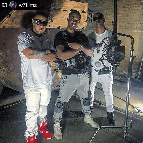 #Repost @w7filmz para mi fue todo un honor trabajar con usted my brother and more coming on the way. @w7filmz 👈follow him ・・・ 🎥😎! La gente del patio @zawezo @chavitobk