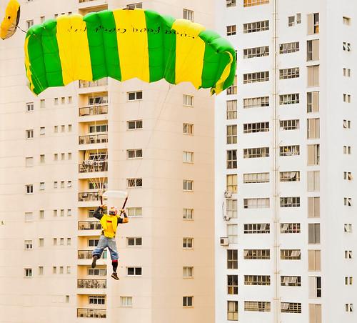 BASE jumping urbano - Desafio das Américas na Virada Esportiva, 2015, da Cidade de São Paulo, Brasil. BASE jumping urban - Challenge of the Americas in Sports Turn, 2015, in the City of São Paulo, Brazil