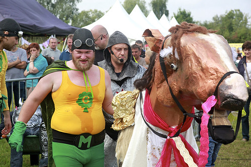 paard met rode ridder en ecoboy