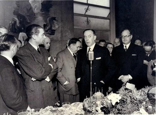 18-5-1947. a figura em pé á direita é Edmundo Ferreira na nauguração do seu Hotel Porto Mar com a presença do almirante Américo Tomás