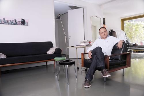 KULTUR - Der Regisseur Christoph Schaub in seiner Wohnung in Zürich.