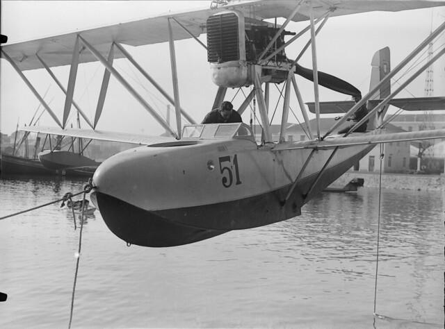 Lançamento à água de hidroavião portugues, Doca do Bom Sucesso (Mário de Novais, 1928)