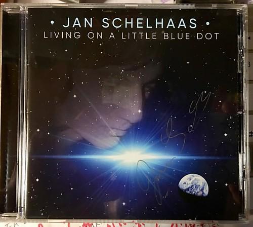 【今日の到着物件】 「Pleadge Music」から「Jan Schelhaas - Living On A Little Blue Dot」が届く。Crowd Founding。見えないかも知れないが、丁寧なサイン入り。インレイに私の名前も見つけた。うれしい。大佐の名前も! 日本からも数名参加していて、なんとなく感動する。取り敢えず、曲名をアップロードしないと、リッピングできない。もちろん聴いています。良いです!(笑)