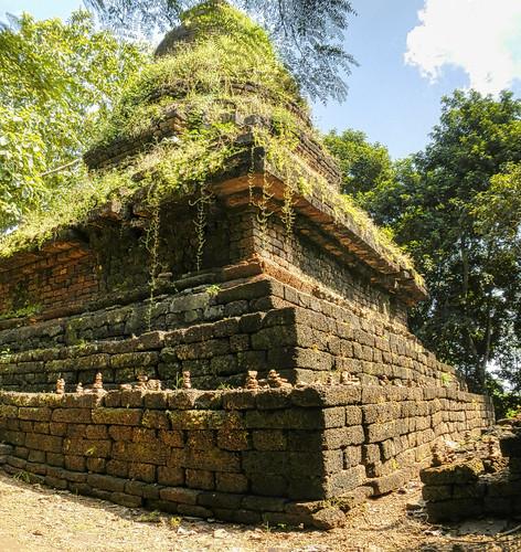 Ceylonese style chedi @ Wat Khao Phanom Phloeng - วัดเขาพนมเพลิง