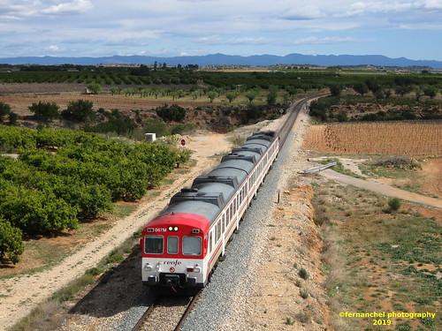 Tren de Cercanías de Renfe (línea C-3) a su paso por CHIVA (Valencia)