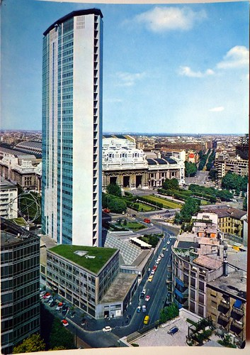 Grattacielo Pirelli, forse il più alto grattacielo d'Europa in cemento armato (piani 33 altezza m.126) progettato da G. Ponti (1958) ; La stazione Centrale, (architetto Stacchini 1931)