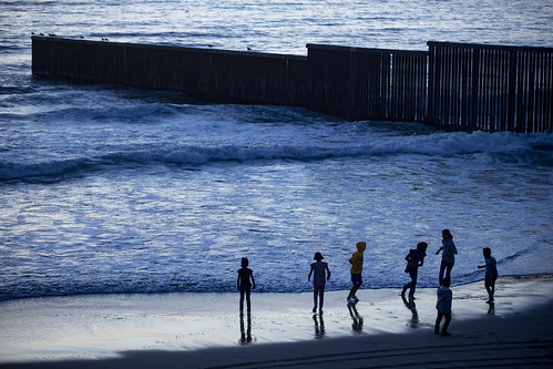 Niños juegan a la orilla del mar en Playas de Tijuana, Mexico. / Kids playing at the beach in Playas de Tijuana, Mexico.