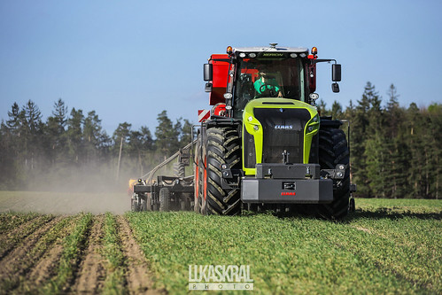 CLAAS XERION 5000 TRAC VC with the SLY Stripcat II and Väderstad Tempo V planter.