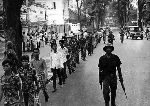 SAIGON 30 April 1975 - Một hàng binh sĩ Nam VN bị dẫn giải bởi bộ đội Bắc VN trên đường Pasteur (đoạn giữa Nguyễn Du và Hàn Thuyên).