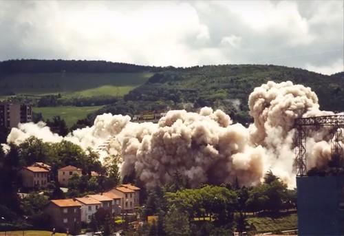 à Saint Étienne le 27 mai 2000, destruction de la muraille de chine-Destruction de la Muraille de Chine à St Etienne (2000) - YouTube
