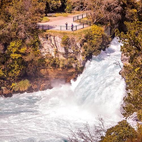 The mighty Huka Falls! . ¡Las poderosas caídas de Huka! . #newzealand #explorenewzealand #aotearoa #NZMustDo #taupo #mustdonz #lovetaupo #travelgram #adventuretime #traveltheworld #seenewzealand #earthpixnz #discover_earth #tourismnz #travelphotography #t