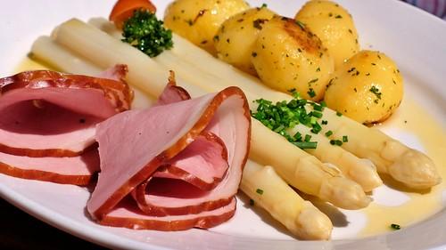 Spargel mit Schinken und Kartoffeln