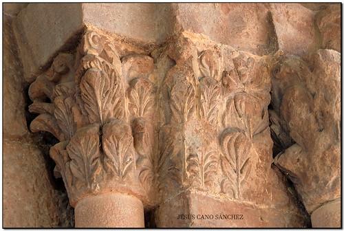 Capitells de la portada, Monestir de Sant Joan les Fonts (la Garrotxa)